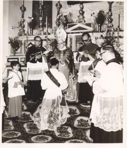 CARIATI, 1966. il momento dell'imposizione delle mani da parte di mons. Semeraro. Si riconoscono da sin. don Gennaro Cosentino, don Alfonso Russo e don Ciccio Rizzuti