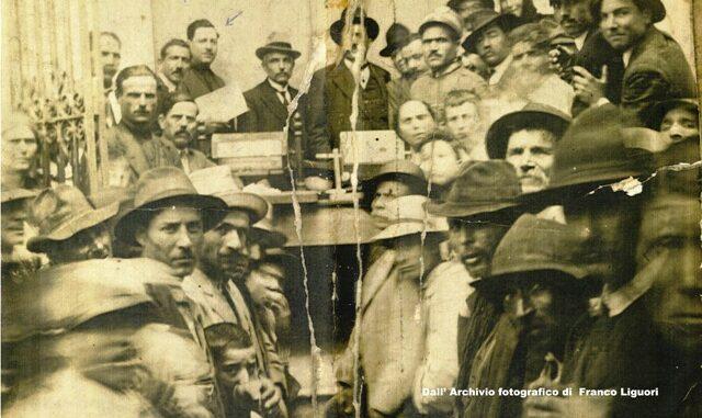 Cariati, Colonnato della Cattedrale, 16 febb.1921. Un momento dell'assegnazione delle quote demaniali.