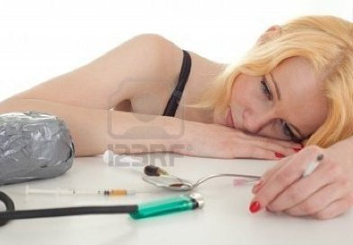droga-tossicodipendente-giovane-donna